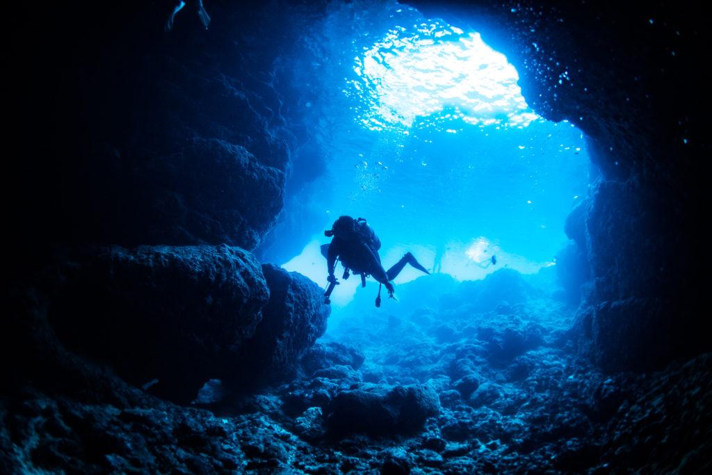 洞窟へ入っていくとき
