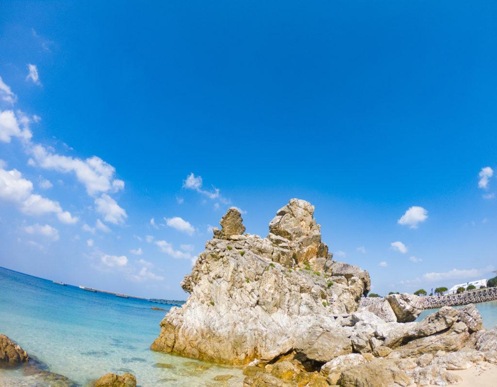 ビーチは「ゴリラチョップ」へ ゴリラが横を向いてチョップしているような岩があります