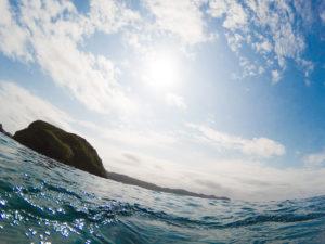 海面からの青空